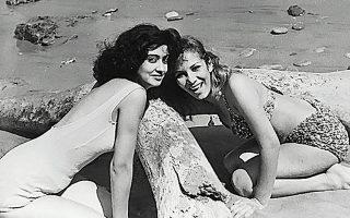Κάποια παραλία, στην Ελλάδα ή στην Ιταλία, τέλη της δεκαετίας του '50 ή αρχές εκείνης του '60, δύο κορίτσια χαμογελούν στον φακό. Η χαρά τους ξεφλουδίζει τον χρόνο που περνά.