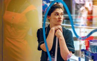 Η Μαρίσσα Τριανταφυλλίδου πρωταγωνιστεί στον ρόλο μιας γυναίκας,η οποία χειραφετείται για πρώτη φορά στη ζωή της όταν πιάνει δουλειά ως καθαρίστρια.