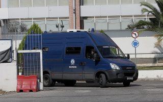 Κλούβα της αστυνομίας μεταφέρει τον πρώην υπουργό Γιάννο Παπαντωνίου και τη σύζυγό του Σταυρούλα Κουράκου από τη Διεύθυνση Μεταγωγών στις φυλακές Κορυδαλλού, Αθήνα, Τετάρτη 24 Οκτωβρίου 2018. Στις φυλακές Κορυδαλλού θα οδηγηθούν ο πρώην υπουργός, Γιάννος Παπαντωνίου και η σύζυγός του, Σταυρούλα Κουράκου, σύμφωνα με απόφαση του αρμόδιου εισαγγελέα καθώς οι δύο σύζυγοι κρίθηκαν αργά χθες το βράδυ προσωρινά κρατούμενοι για την κατηγορία της νομιμοποίησης παράνομων εσόδων. ΑΠΕ-ΜΠΕ/ΑΠΕ-ΜΠΕ/ΣΥΜΕΛΑ ΠΑΝΤΖΑΡΤΖΗ