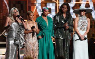 Με δυναμικές ομιλίες από τις Μισέλ Ομπάμα, Lady Gaga, Τζένιφερ Λόπεζ και Τζάντα Πίνκετ Σμιθ και οικοδέσποινα την Αλίσια Κις «άνοιξε» η μεγάλη μουσική βραδιά.