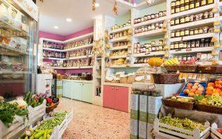 Συνεχώς αναζητούν τα καλύτερα προϊόντα της Ελλάδας οι Χαρά Μαθιουδάκη και Κώστας Κεφαλάς στο παντοπωλείο Μελιγαία. (Φωτογραφία: Άγγελος Γιωτόπουλος)