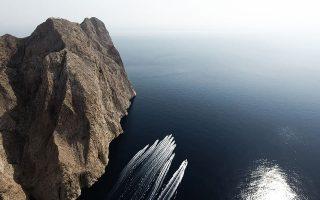 Με πλωτά μέσα οι εθελοντές της Axion Hellas προσεγγίζουν τα νησιά.