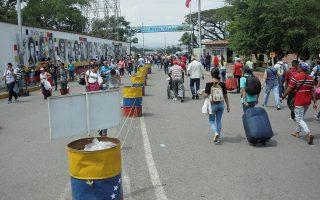 People cross the Colombian-Venezuelan border over the Simon Bolivar international bridge in San Antonio, Venezuela, February 8, 2019. REUTERS/Carlos Eduardo Ramirez