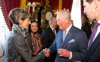 Η πρέσβειρα του Ηνωμένου Βασιλείου στην Αθήνα Κέιτ Σμιθ με τον πρί-γκιπα Κάρολο της Ουαλλίας. IAN JONES