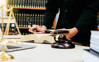 Η έλλειψη προδικαστικού ελέγχου και το μακρύ χρονικό διάστημα έως την εκδίκαση της υπόθεσης επέτρεψαν σε οφειλέτες να καταφεύγουν στον νόμο, με στόχο να κερδίσουν χρόνο μέχρι να κριθεί η υπόθεσή τους στο δικαστήριο.