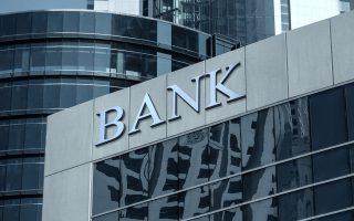 Ακόμη κι αν οι τράπεζες επιτύχουν τελικώς τον φιλόδοξο στόχο που έχουν θέσει στον SSM για το 2021, θα χρειαστεί ένα σημαντικό απόθεμα και «καλάθι» κεφαλαίων προκειμένου να καλύψουν τη διαφορά από τις υπάρχουσες προβλέψεις και την πραγματική μείωση του ενεργητικού τους, αναστρέφοντας με αυτόν τον τρόπο την πορεία συρρίκνωσης των εργασιών τους.