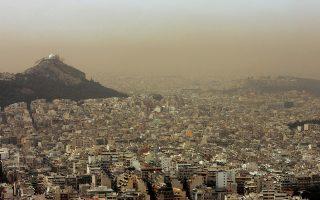 Άποψη της Aκρόπολης (Δ) και του Λυκαβηττού (Α) από τα Τουρκοβούνια. Συνεχίζει η αφρικανική σκόνη να καλύπτει τον ουρανό μεγάλου τμήματος της χώρας μας με αποτέλεσμα να έχει αποκτήσει  κίτρινη όψη, Δευτέρα 14 Απριλίου 2008.