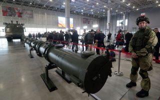 Ρώσος στρατιώτης φρουρεί τον επίμαχο πύραυλο Κρουζ 9Μ729 στη διάρκεια επίδειξης ενώπιον ξένων στρατιωτικών επιτετραμμένων, που διοργανώθηκε την περασμένη εβδομάδα από το ρωσικό υπ. Αμυνας, στη Μόσχα. EPA