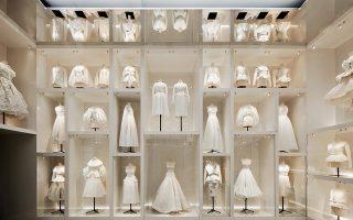 «Toiles», πρωτότυπα σχέδια που παίρνουν την πρώτη τους μορφή στα ατελιέ του οίκου Dior, όπως παρουσιάζονται στο V&A. Φωτογραφίες: Adrien Dirand