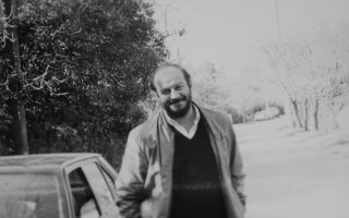 Λάτρης και μεγάλος γνώστης της τζαζ μουσικής ο Κώστας Γιαννουλόπουλος, υπήρξε ο «πνευματικός καθοδηγητής» ενός αξέχαστου ραδιοφωνικού σταθμού που εξέπεμπε από ένα υπόγειο στον Βύρωνα.