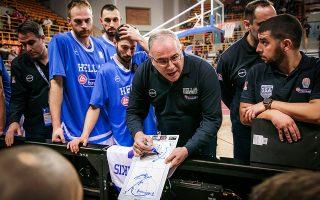 Ο Θανάσης Σκουρτόπουλος κράτησε ψηλά την εθνική μπάσκετ σε μια πολύ δύσκολη συγκυρία. Ο ίδιος παραμένει ταπεινός, θέλοντας να ενισχύσει το στοιχείο της «οικογένειας» στην ομάδα.