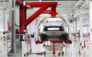 Πολλοί επενδυτές έχουν εκφράσει αμφιβολίες για το κατά πόσον η Tesla θα είναι σε θέση να διατηρήσει τα περιθώρια κέρδους που έχει μέσω της μείωσης του κόστους –πρόσφατα η εταιρεία ανακοίνωσε την απόλυση του 7% των υπαλλήλων της– καθώς μειώνει την τιμή του νεότερου από τα αυτοκίνητά της (Model 3).