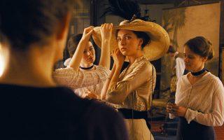 H ταινία εξελίσσεται στη Βουδαπέστη του 1913, όπου μια νεαρή φτάνει για να δουλέψει στο καπελάδικο που κάποτε ανήκε στους γονείς της.