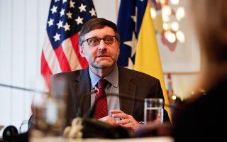 Ο βοηθός υπουργός Εξωτερικών των ΗΠΑ Μάθιου Πάλμερ απαντά σε ερωτήσεις δημοσιογράφων κατά την πρόσφατη επίσκεψή του στο Σεράγεβο.