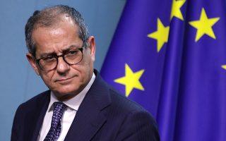 Κατά τον Τζοβάνι Τρία, υπουργό Οικονομικών της Ιταλίας, η αποκατάσταση της επενδυτικής εμπιστοσύνης αποτελεί το σημαντικότερο ζήτημα για τη χώρα. Ωστόσο, όπως διαβεβαίωσε χθες ο Ιταλός ΥΠΟΙΚ, τα όπλα για να επιτευχθεί κάτι τέτοιο είναι στα χέρια τους.
