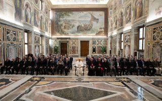 Ο Πάπας Φραγκίσκος στη χθεσινή συνάντηση με στελέχη των μυστικών αρχείων της Αγίας Εδρας.