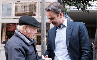 Ο Κυρ. Μητσοτάκης, μετά την επίσκεψή του στο αστυνομικό τμήμα Ακροπόλεως, συνομίλησε με κατοίκους της περιοχής.