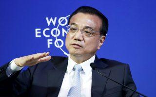O Κινέζος πρωθυπουργός Λι Κετσιάνγκ ανακοίνωσε χθες ότι το Πεκίνο θα μειώσει τον ΦΠΑ και τις εργοδοτικές εισφορές ενώ θα αυξήσει τις επενδύσεις σε έργα υποδομής, μέτρα που ισοδυναμούν με ενίσχυση της οικονομίας κατά 298,3 δισ. δολάρια.