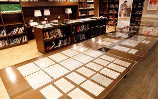 Μέρος συλλογής αποτελούμενης από 110 χειρόγραφες σελίδες του διάσημου φυσικού Αλμπερτ Αϊνστάιν παρουσιάστηκε από το Εβραϊκό Πανεπιστήμιο της Ιερουσαλήμ. Μεταξύ των χειρογράφων ξεχωρίζει παράρτημα σε επιστημονική δημοσίευση για την ενοποιημένη θεωρία πεδίου, που παρουσίασε ο Αϊνστάιν στην Πρωσική Ακαδημία Επιστημών το 1930, τρία χρόνια πριν από την άνοδο του Χίτλερ στην εξουσία και τη φυγή του νομπελίστα φυσικού στις ΗΠΑ. Σελ. 10