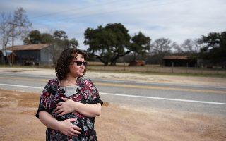 Μια 29χρονη μητέρα κρατάει το νεογέννητο αγοράκι της έπειτα από μια σύντομη άδεια μητρότητας στο Τέξας.