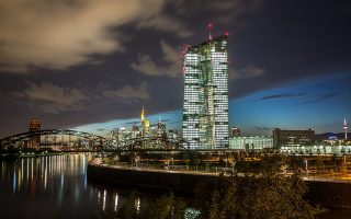 Η στροφή της ΕΚΤ σε μια πιο χαλαρή πολιτική γίνεται μόλις λίγους μήνες μετά τον τερματισμό των μέτρων ποσοτικής χαλάρωσης και ειδικότερα του προγράμματος αγοράς ομολόγων.