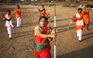 Γυναίκες εξασκούνται σε πολεμικές τέχνες, παραμονή της Παγκόσμιας Ημέρας της Γυναίκας, στο Μουμπάι.