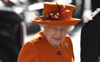 Ηρθες σαν την άνοιξη... Μπορεί οι σύζυγοι των εγγονών της να φορούν σκούρα πράσινα και μαύρα  ρούχα όχι όμως αυτή. Σύμφωνα με τον κανόνα ότι η Βασίλισσα πρέπει να φορά «ζωντανά» χρώματα για να φαίνεται από το κοινό, η Ελισάβετ έκανε μια εντυπωσιακή πορτοκαλί εμφάνιση με ανθισμένο καπέλο στο Μουσείο Επιστημών στο Λονδίνο. EPA/NEIL HALL