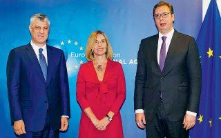 Η ύπατη εκπρόσωπος της Ε.Ε. για θέματα Εξωτερικής Πολιτικής, Φεντερίκα Μογκερίνι, ανάμεσα στον πρόεδρο του Κοσόβου Χασίμ Θάτσι (αριστερά) και στον πρόεδρο της Σερβίας Αλεξάνταρ Βούτσιτς, σε παλαιότερη συνάντηση.