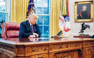 Ο Αμερικανός πρόεδρος στο γραφείο του στονΛευκό Οίκο, κοιτάζει τις σημειώσεις του. Οι Δημοκρατικοί προσπαθούν να σφίξουν τον κλοιό γύρω του.