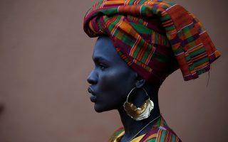 Τέλειο. Υπάρχουν κάποιοι άνθρωποι που η ομορφιά τους αγγίζει την τελειότητα -λέξη γενικότερα άγνωστη για την ανθρώπινη ύπαρξη. Μια τέτοια ομορφιά είναι και το μοντέλο Ajuma Nasanyana που φωτογραφίζεται λίγο πριν βγει στην πασαρέλα για την επίδειξη Αφρικανικής μόδας στο Ναϊρόμπι. REUTERS/Baz Ratner