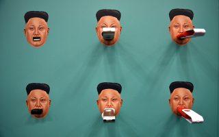 Κλείνοντάς του το στόμα με πληροφορίες. «Χαρίστε μας τα USB που δεν χρειάζεστε, εμείς θα τα αδειάσουμε και τα τα γεμίσουμε με ηλεκτρονικά βιβλία, ταινίες και θα τα στείλουμε στην Βόρειο Κορέα. Με αρκετά στικάκια θα βοηθήσουμε τους πολίτες της χώρας να απελευθερωθούν από την προπαγάνδα του Kim Jong-un» Αυτό ζητά η οργάνωση Flash Drive for Freedom που έστησε το περίπτερό της στο συνεδριακό κέντρο του Οστιν με αφορμή την διοργάνωση South by Southwest (SXSW).REUTERS/Sergio Flores