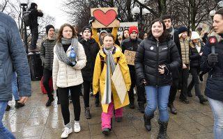 Η επίμονη Γκέτα. Το 16χρονο κορίτσι από την Σουηδία κατάφερε κάτι που οι περισσότεροι πολιτικοί απλά ονειρεύονται με τα μάτια καλά σφαλισμένα γιατί ξέρουν ότι ανήκει αποκλειστικά και μόνο στην σφαίρα του τεράστιου εγωισμού τους. Κατάφερε να κινητοποιήσει έναν ολόκληρο πλανήτη να διαδηλώνει μαζί της κάθε Παρασκευή. Μάλιστα δεν θα ήταν υπερβολικό κανείς να πει ότι η Γρέτα Τούνμπεργκ, το λιγομίλητο κορίτσι με Ασπεργκερ που για μήνες  διαδήλωνε μόνη της κάθε Παρασκευή, κατάφερε να γίνει ηγετική μορφή ενός παγκόσμιου κινήματος κυρίως νέων ανθρώπων και να προταθεί για το Νόμπελ Ειρήνης. Κίνημα που η ίδια δημιούργησε (απεργία από το σχολείο για το κλίμα) με γνώση και κυρίως επιμονή και είναι το ζωντανό παράδειγμα ότι ένας και μόνο άνθρωπος με θέληση πράγματι μπορεί να κινήσει βουνά. Στην περίπτωση της Γκρέτα μπορεί να κινήσει εκατομμύρια ανθρώπων να βγούν από το σπίτι τους, να αφήσουν τα μαθήματά τους και να  διαδηλώσουν για αυτό που έχει την μεγαλύτερη σημασία, το σπίτι μας, τον πλανήτη μας. Στην φωτογραφία η Γκρέτ