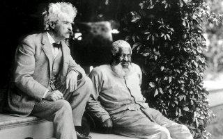 Ο Μαρκ Τουέιν (αριστερά), κατά κόσμον Σάμουελ Λάνγκχορν Κλέμενς, με τον φίλο του Τζον Λιούις, το 1903.