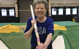 Πηδώντας ψηλά στα 84. Η εικονιζόμενη  Florence «Flo» Filion Meiler, προπονείται στο Πανεπιστήμιο του Βερμόντ. Θα συμμετάσχει στο Παγκόσμιο πρωτάθλημα (για αθλητές μιας κάποιας ηλικίας) στην Πολωνία συμμετέχοντας στα 60 μέτρα με εμπόδια στα 800, στο πένταθλο αλλά η μεγάλη της αγάπη και το ρεκόρ της είναι το άλμα επί κοντώ. AP Photo/Lisa Rathke