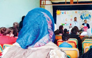 Προσφυγόπουλα από τη Συρία σε σχολείο της Κόνιτσας. Πριν από μία εβδομάδα, ομάδα ατόμων ντυμένων με μαύρα ρούχα και φορώντας κουκούλες επιτέθηκε σε επτά παιδιά ηλικίας 15-17 ετών, τα οποία έπαιζαν σε μικρό γηπεδάκι της πόλης, σπάζοντας το χέρι του ενός.