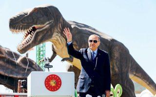 Με φόντο έναν τυραννόσαυρο, ο Ταγίπ Ερντογάν εγκαινίασε την Τετάρτη θεματικό πάρκο στην Τουρκία. Την προηγούμενη εβδομάδα, επίσης, προσπάθησε να εκμεταλλευθεί το μακελειό στη Νέα Ζηλανδία ενόψει των εκλογών της 31ης Μαρτίου, επιτιθέμενος σε Αυστραλία και Νέα Ζηλανδία για τη Μάχη της Καλλίπολης!