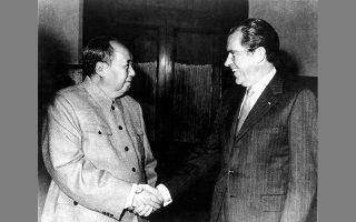 Θερμή χειραψία του Μάο Τσετούνγκ και του Ρίτσαρντ Νίξον κατά την ιστορική επίσκεψη του Αμερικανού προέδρου στο Πεκίνο στις 21-28 Φεβρουαρίου 1972.