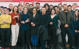 Η διεπιστημονική ομάδα των Forensic Architecture αποτελείται από αρχιτέκτονες, καλλιτέχνες, φωτογράφους, κινηματογραφιστές, δημοσιογράφους, αρχαιολόγους, δικηγόρους, προγραμματιστές λογισμικού και ειδικούς πάνω σε πλατφόρμες ανάλογεςτων video games. Τρίτη από αριστερά η Χριστίνα Βαρβία, αναπληρώτρια διευθύντρια του γραφείου, ενώ δεύτερος από δεξιά, ο ιδρυτής και διευθυντής Εγιάλ Βάιτσμαν.