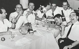 Μια ανδροπαρέα του '60, που το γλεντάει δεόντως –ή, μάλλον, το γλέντι έχει σχεδόν ολοκληρωθεί. Τα μπουκάλια έχουν αδειάσει, αλλά οι καρδιές έχουν γεμίσει.