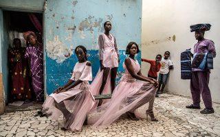 «Dakar Fashion». O Finbarr O'Reilly φωτογράφισε μοντέλα από την εβδομάδα μόδας της Σενεγάλης.