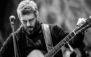 Ο Αλκίνοος Ιωαννίδης με την κιθάρα του έρχεται στη σκηνή του Gazarte.