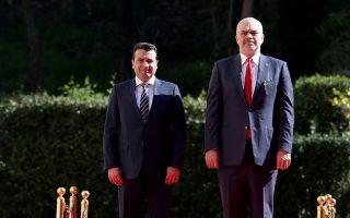 Ο Αλβανός πρωθυπουργός Εντι Ράμα (δεξιά) υποδέχεται τον Ζόραν Ζάεφ, κατά την επίσκεψη του πρωθυπουργού της Βόρειας Μακεδονίας στα Τίρανα.