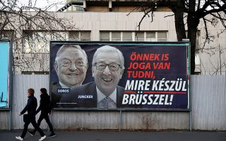 Κυβερνητική πινακίδα, που «φιλοξενεί» την αντιευρωπαϊκή καμπάνια του Βίκτορ Ορμπαν, χθες, στη Βουδαπέστη.