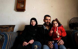 Ο Χισάμ αλ Ζαρκάουι με τη γυναίκα του και την κόρη του στο σπίτι τους στην ανατολική Γούτα της Συρίας.