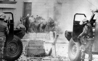 Στρατιώτες καλύπτονται πίσω από θωρακισμένα τζιπ κατά τη διάρκεια της «Ματωμένης Κυριακής» του 1972.