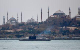 Με φόντο την Αγία Σοφία και το Μπλε Τζαμί, το ρωσικό υποβρύχιο Κρασνοντάρ διασχίζει τον Βόσπορο.