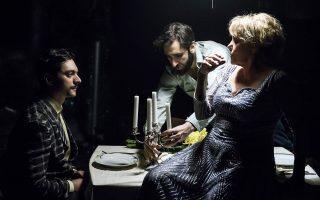 Η Μπέτυ Αρβανίτη με τον Χάρη Φραγκούλη (κέντρο) και τον Εκτορα Λιάτσο στον «Γυάλινο κόσμο».