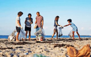 Ανθρωποι από κάθε γωνιά του πλανήτη έπιασαν «δουλειά» και καθάρισαν παραλίες, ποτάμια, ακόμα και ολόκληρα χωριά.