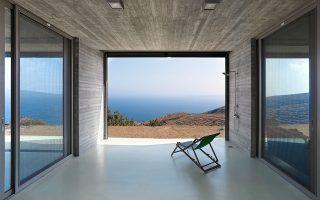 Μια κατοικία χτισμένη σε ένα άγονο, αφιλόξενο τοπίο της Κέας, παράλληλη προς τη θάλασσα του Αιγαίου, βραβεύθηκε από τις «Δομές» στην κατηγορία των νέων αρχιτεκτόνων. Η εντυπωσιακή κατοικία δημιουργεί κινηματογραφικά καρέ από το γαλάζιο της θάλασσας και είναι ενεργειακά αυτόνομη. Το αρχιτεκτονικό γραφείο En Route μιλάει στην «Κ» για το έργο στην Κέα, αλλά και για τις ολοένα και περισσότερες ανακαινίσεις κτιρίων για χρήση Airbnb.