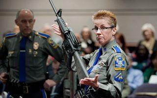 Η αστυνομικός Μπάρμπαρα Τζ. Μάτσον κρατάει ένα AR-15 στη διάρκεια ακροαματικής διαδικασίας στο Χάρτφορντ.